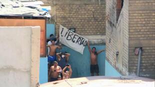 Imagen de video de la cárcel de Lurigancho, una de las prisiones hacinadas en Perú, donde han estallado varios motines desde el inicio de la pandemia en reclamo de condiciones de salud