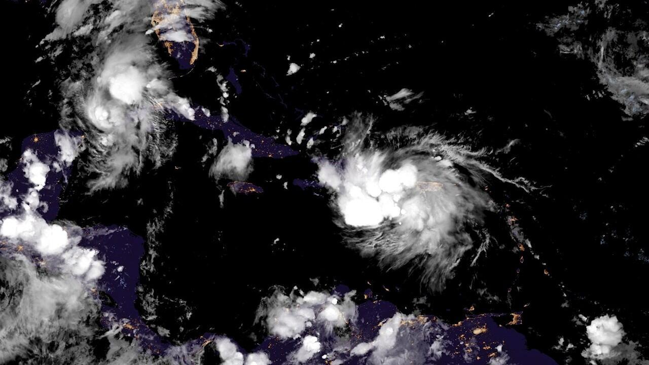 En esta imagen de satélite se puede observar al huracán Marco a la izquierda y a la tormenta tropical Laura a la derecha a su paso.
