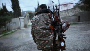 Un soldat de l'armée d'autodéfense du Haut-Karabakh porte des armes dans la région de Martakert, le 4 avril 2016.