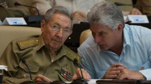 Photo d'archives datant du 8 juillet 2016, montrant Raul Castro aux côtés de Miguel Diaz-Canel au Parlement cubain, à La Havane (photographie issue du site officiel www.cubadebate.cu)