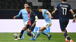Le Brésilien Neymar défie avec le PSG la défense de Manchester City, lors de la demi-finale aller de C1 disputée au Parc des Princes, le 28 avril 2021