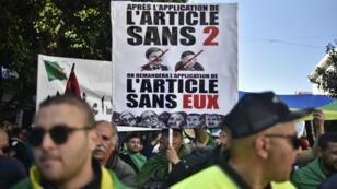 Des Algériens manifestent pour réclamer le départ d'Abdelaziz Bouteflika et du régime, le 29mars2019 à Alger.