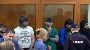 Les cinq accusés Tchétchènes attendent le verdict lors de leur procès, le 13 juillet 2017, à Moscou.