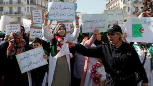 Manifestation des professeurs algériens et de leurs élèves à Alger, le 13 mars 2019.