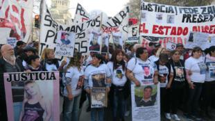 """Organizaciones sociales y familiares de jóvenes fallecidos a manos de la policía marchan en Buenos Aires, Argentina, para protestar contra el """"gatillo fácil"""" de las fuerzas de seguridad. 27 de agosto de 2018."""
