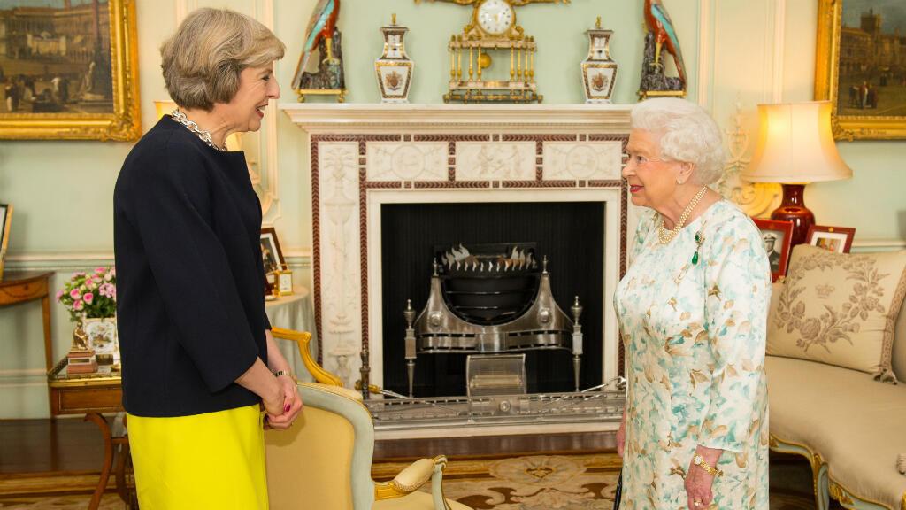 La reina británica Isabel II recibe a la nueva líder del Partido Conservador, Theresa May, durnte una audiencia en el Palacio de Buckingham, en Londres, Inglaterra, el 13 de julio de 2016.