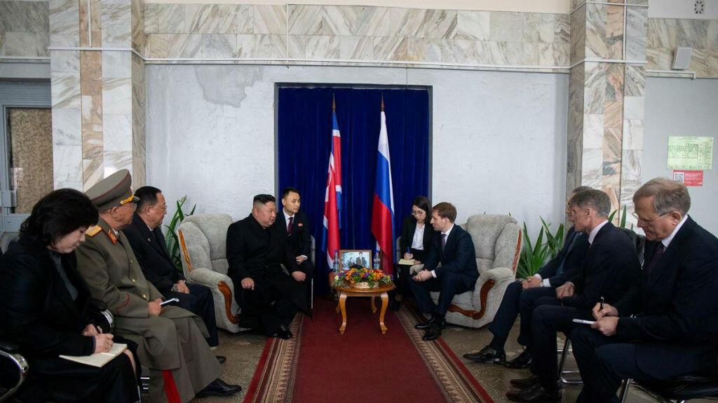 El líder norcoreano Kim Jong-un asiste a una reunión con funcionarios rusos, incluido el ministro para el Desarrollo del Lejano Oriente ruso Alexander Kozlov y el gobernador de la región de Primorsky, Oleg Kozhemyako, en Vladivostok, Rusia, el 24 de abril de 2019.