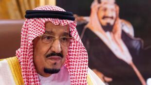 Foto de archivo proporcionada por el palacio real saudita que muestra al rey Salmán durante un discurso a la nación, el 19 de marzo de 2020
