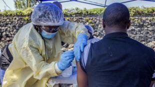 Un homme est vacciné contre Ebola le 15 juillet à Goma, en République Démocratique du Congo.