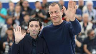 El actor Marcello Fonte (I) y el director Matteo Garrone posan ante las cámaras este 17 de Mayo de 2018 en Cannes, Francia