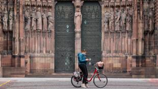 Cycliste devant la Cathédrale de Strasbourg, le 17 mars 2020