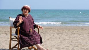 """La cinéaste Agnès Varda, le 3 septembre 2008, à l'occasion de son film """"Les Plages d'Agnès"""", lors du 65e festival de film de Venise."""
