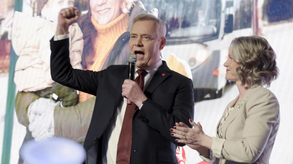 Antti Rinne, líder del Partido Social Demócrata de Finlandia, junto a Heta Ravolainen-Rinnes, su esposa, en un evento del partido luego del cierre de las urnas en Helsinki, Finlandia, el 14 de abril de 2019.