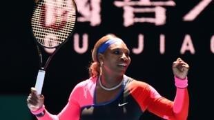 الاميركية المخضرمة سيرينا وليامس تحتفل بفوزها على الروسية أناستازيا بوتابوفا في الدور الثالث من بطولةاستراليا المفتوحة، في ملبورن في 12 شباط/فبراير 2021