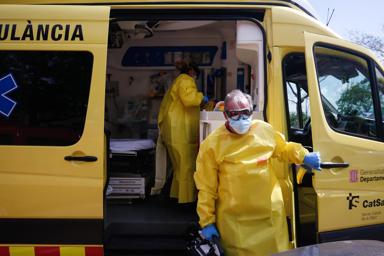 """Aunque la epidemia se ha debilitado en España, en el país no ha disminuido la """"tensión constante"""" que enfrentan los equipos de ambulancias."""