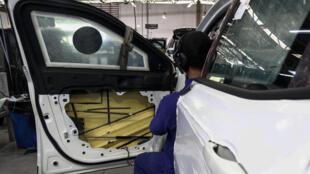 Un empleado trabaja en la instalación de fibra sintética en una puerta dentro de un vehículo producido en una planta de Mauá, Sao Paulo, Brasil, el 15 de diciembre de 2017.