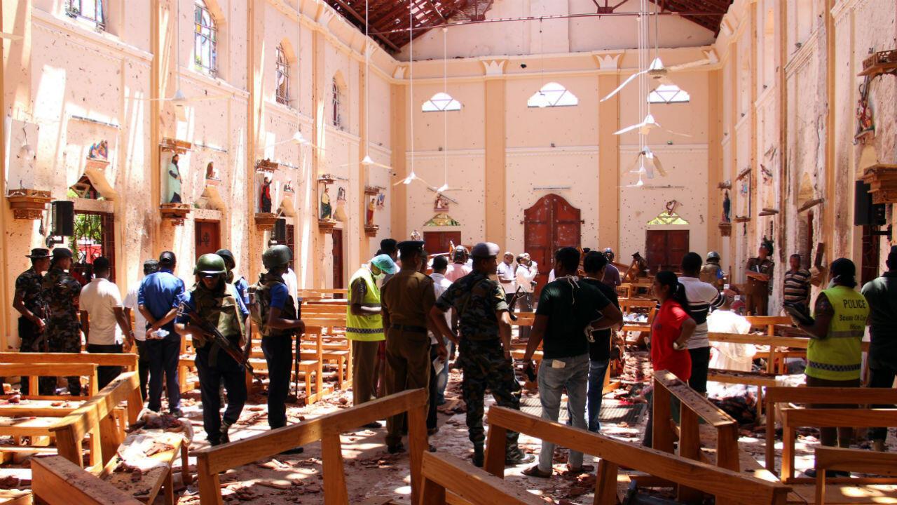 Des forces de sécurité du Sri Lanka se tiennent près de débris suite à l'explosion à l'église Saint-Sébastien, à Negombo, au nord de la capitale Colombo, le 21 avril 2019.