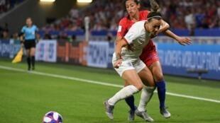 La défenseure anglaise Lucy Bronze à la lutte avec l'attaquante américaine Christen Press lors de la demi-finale du Mondial à Lyon, le 2 juillet 2019