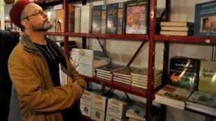 أحد زوار معرض الكتاب الدولي بتونس في 2012