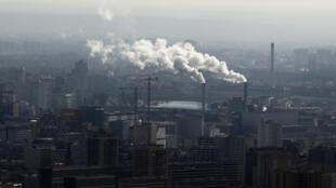 Foto de archivo de chimeneas de vapor de agua en París, Francia, el 28 de febrero de 2019.