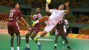 التونسي عصام تاج يسدد إلى مرمى قطر في الجولة الثالثة من منافسات المجموعة الأولى لكرة اليد في ريو دي جانيرو، 11 آب/أغسطس 2016