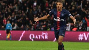 الفرنسي كيليان مبابي لاعب باريس سان جرمان يحتفل بأحد أهدافه الأربعة في مرمى ليون 7 تشرين الأول/أكتوبر 2018