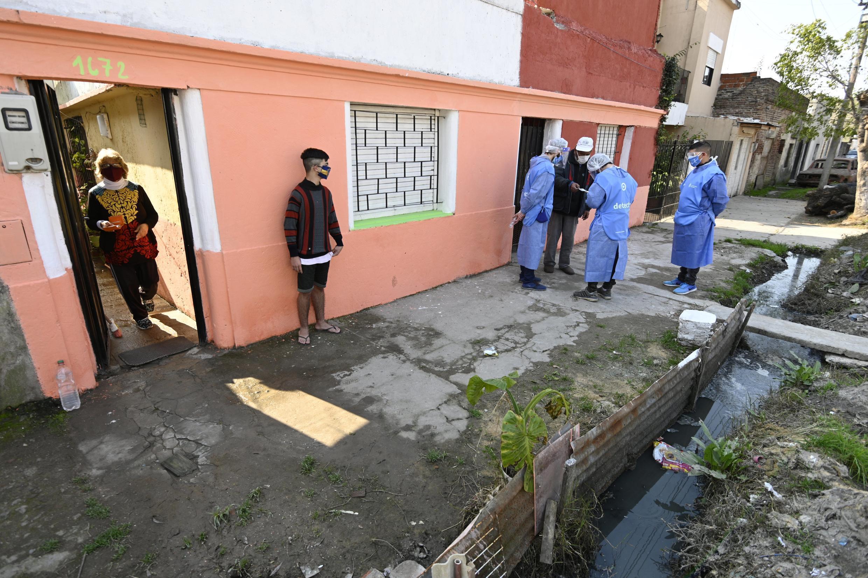 Archivo-Voluntarios de salud hablan con algunos residentes durante su visita para detectar personas con síntomas de Covid-19, en Villa Fiorito, a las afueras de Buenos Aires, Argentina, el 3 de agosto de 2020.
