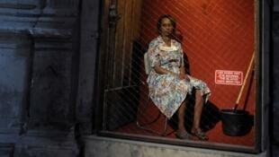 """""""Les Noirs ont été nourris"""" indique un panneau à côté de la comédienne d'""""Exhibit B"""""""