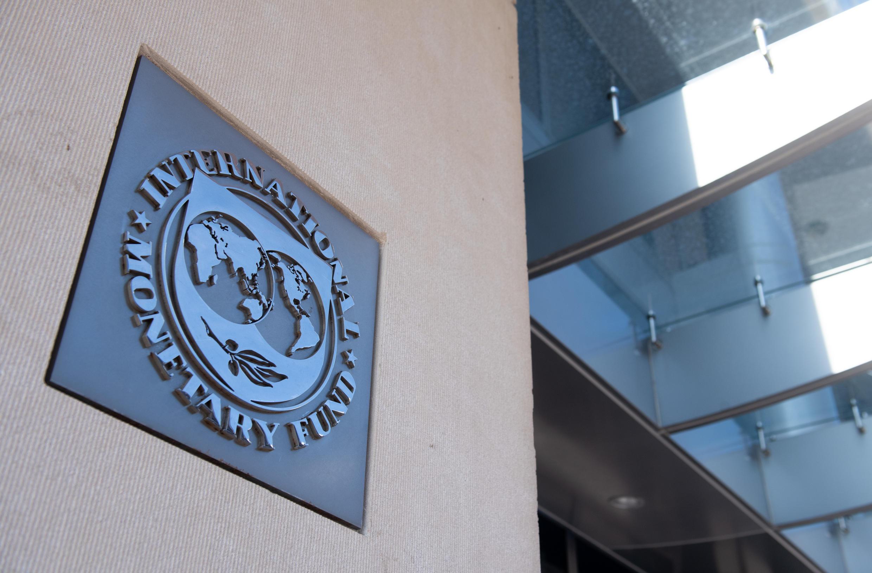 صورة بتاريخ 15 نيسان/ابريل 2020 تظهر لافتة خارج مقر صندوق النقد الدولي