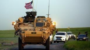 مركبة تابعة للقوات الأمريكية في شمال سوريا تصحبها قوات كردية