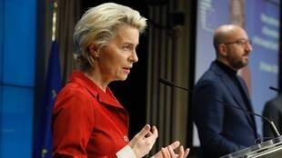 EU Covid press conf leyen handout
