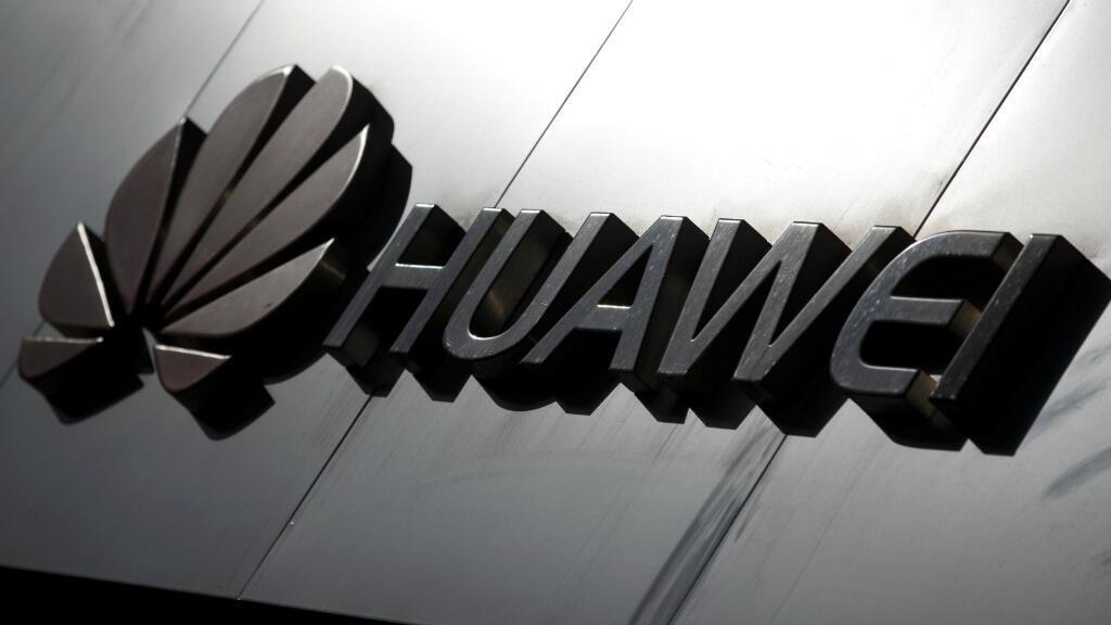 El logotipo de la marca Huawei se ve sobre una tienda del fabricante de equipos de telecomunicaciones en Beijing, China, el 7 de marzo de 2019.