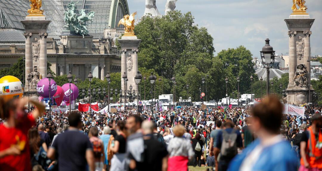 Los trabajadores de salud franceses asisten a una protesta pacífica en París como parte de una jornada nacional para instar al Gobierno a mejorar los salarios e invertir en hospitales públicos, a raíz de la crisis de la enfermedad por coronavirus. París, Francia el 16 de junio de 2020.