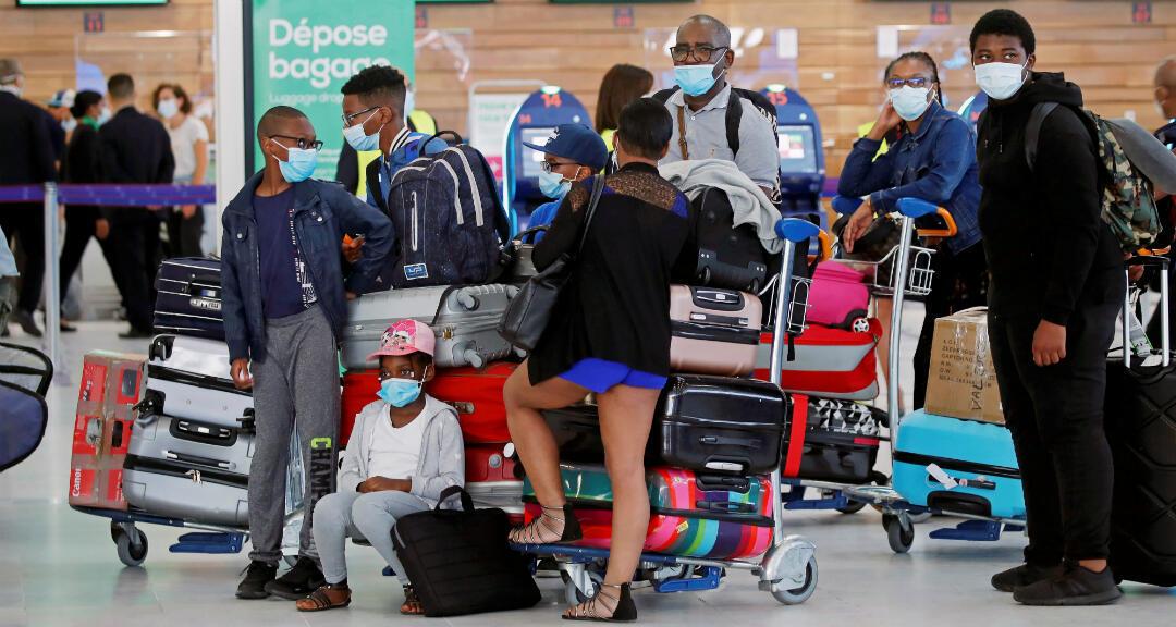 Pasajeros hacen cola en la entrega de equipaje en la reapertura del aeropuerto de París en Francia, el 26 de junio de 2020.