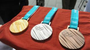 Imagen de archivo de las medallas de los Juegos Olímpicos de Pyeongchang expuestas en Nueva York.