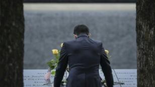 أحد سكان نيويورك يشارك في مراسم تكريم ضحايا اعتداءات 11 سبتمبر 2001، نيويورك، 11 سبتمبر 2018