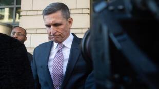 المستشار السابق للأمن القومي الأميركي مايكل فلين أثناء مغادرته المحكمة في واشنطن في 18 كانون الأول/ديسمبر 2018.