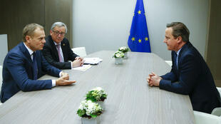 Les discussions ont repris à Bruxelles vendredi 19 février 2016 entre Donald Tusk (g), président du Conseil européen, Jean-Claude Juncker (c), président de la Commission européenne, et David Cameron (d), Premier ministre britannique.