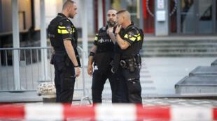 Des policiers devant la salle de concert Maassilo à Rotterdam, le 23 août.