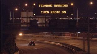 Un signal d'alerte au tsunami sur une autoroute à Wellington dans la nuit de dimanche 13 à lundi 14 novembre..