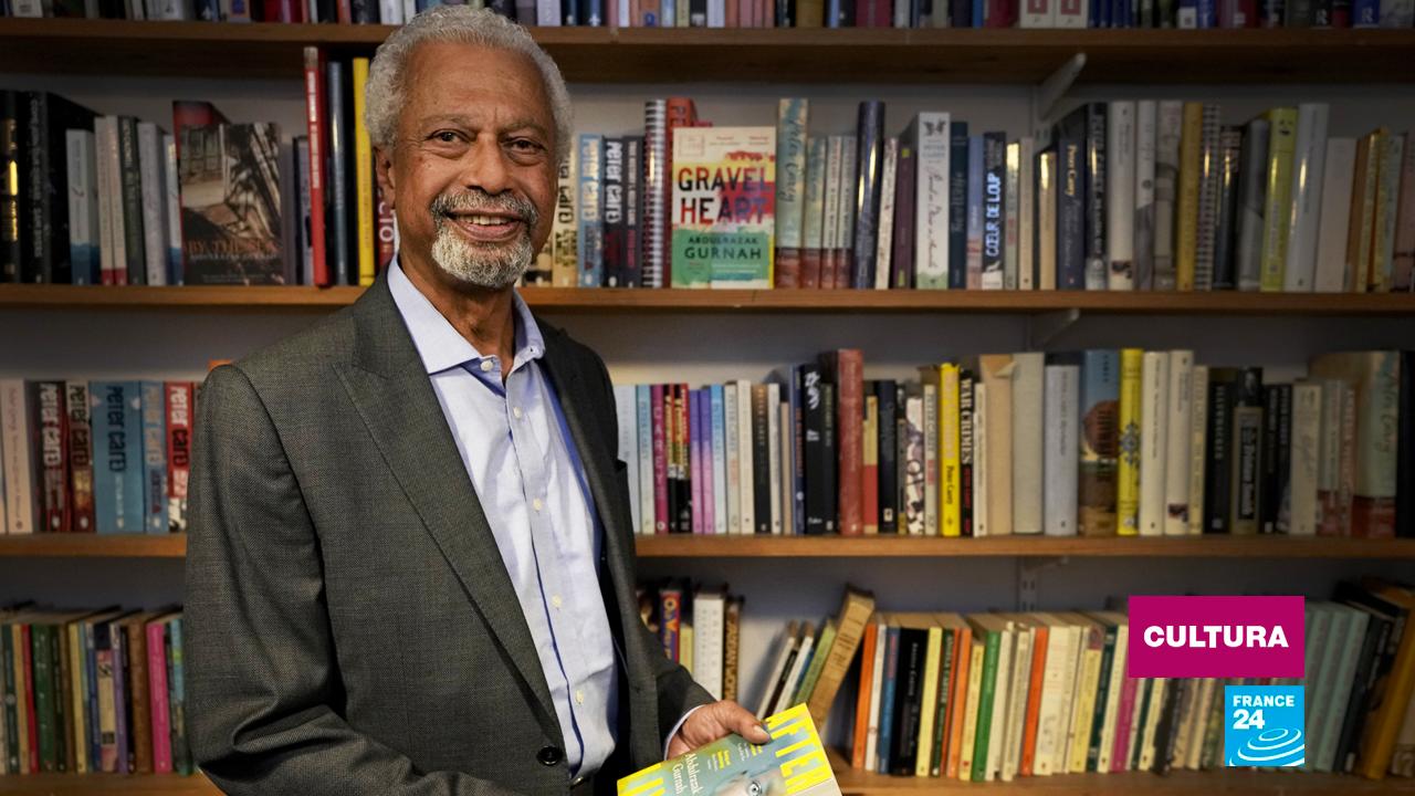 El escritor tanzano Abdulrazak Gurnah posa en el marco de una conferencia de prensa en Londres, Reino Unido, el 8 de octubre de 2021.