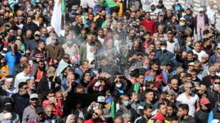 2021-03-12T162624Z_1084453046_RC2S9M9VGNNY_RTRMADP_3_ALGERIA-PROTESTS
