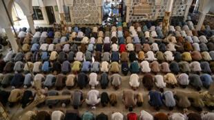 مسلمون يؤدون صلاة آخر جمعة في رمضان في إسلام أباد في 22 أيار/مايو 2020.