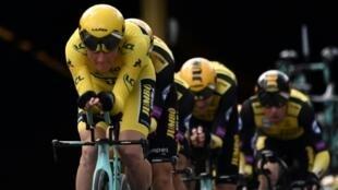 L'équipe Jumbo du maillot jaune néerlandais Mike Teunissen remporte la 2e étape du Tour de France le 7 juillet 2019