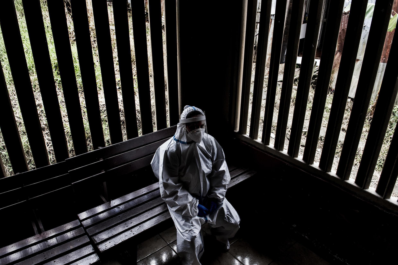 Un trabajador de la salud, durante un descanso en un centro de atención de San José de Costa Rica el 10 de julio de 2020.