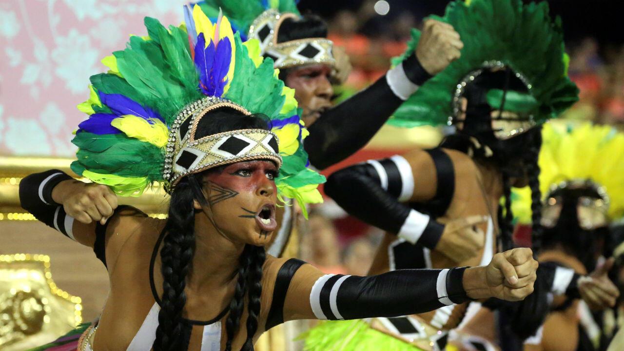 Una bailarina de la escuela de samba Mangueira durante la segunda noche del desfile de Carnaval en el Sambódromo en Río de Janeiro, Brasil, el cinco de marzo de 2019.