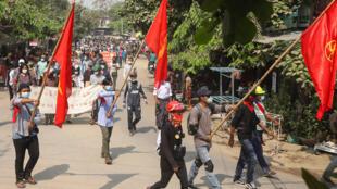 تظاهرة في مدينة ماندلاي في بورما في 03 نيسان/ابريل 2021