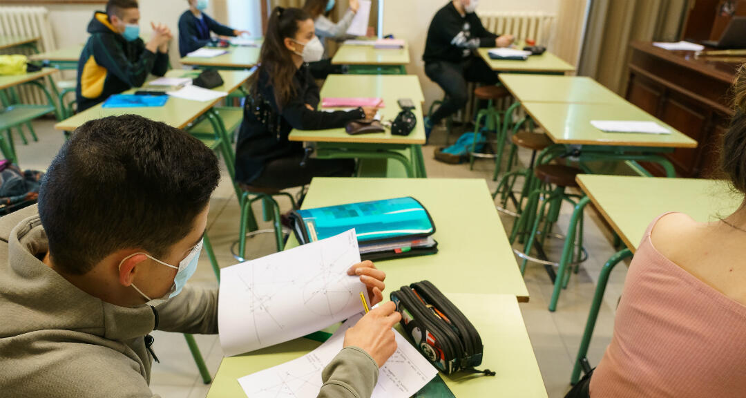 Estudiantes con mascarillas asisten a clase en el Instituto López de Mendoza en Burgos después de la reapertura de escuelas en la comunidad de Castilla y León el 18 de junio de 2020.