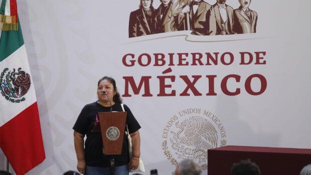 María Martínez Zeferino, madre de uno de los 43 estudiantes desaparecidos en la escuela de de Ayotzinapa, habla durante la firma del decreto presidencial para la instalación de una Comisión de la Verdad hoy, lunes 3 de diciembre de 2018 en Ciudad de México,México.
