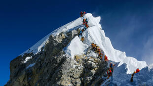 Photographie de l'ascension de l'Everest par Elia Saikaly, le 22 mai 2019.